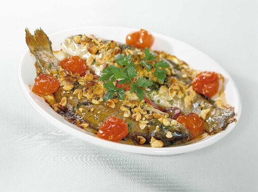 Forel met hazelnoten en peterselie